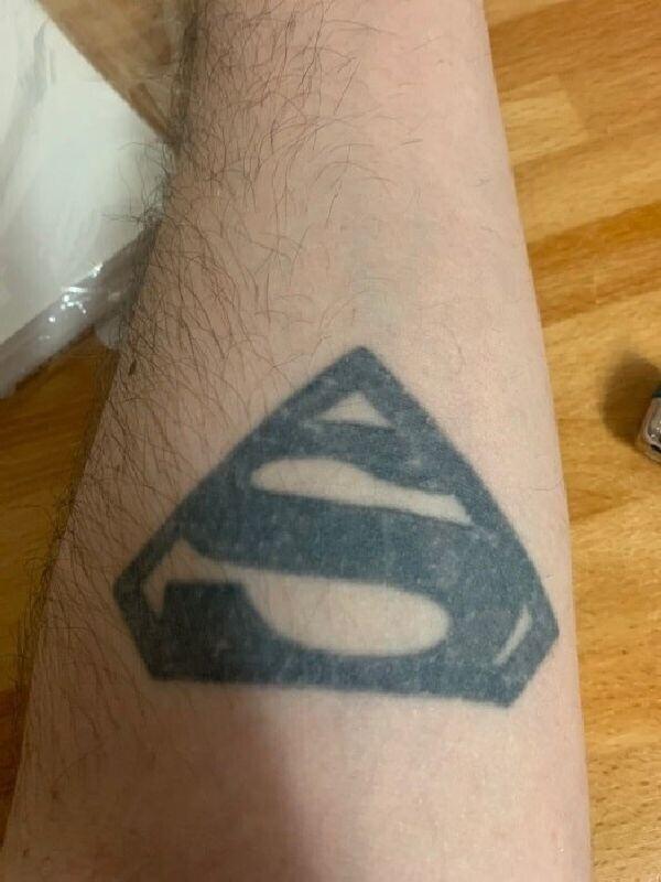 """""""Получил это на свой 20-й день рождения, потому что мне приснилось, что у меня есть татуировка"""""""