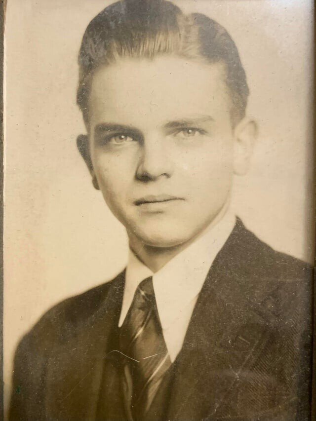 """""""Мой дедушка на фото 1940-х годов. Его взяли на военный факультет, где главным проектом была атомная бомба, сброшенная на Хиросиму. Он ненавидел эту работу"""""""