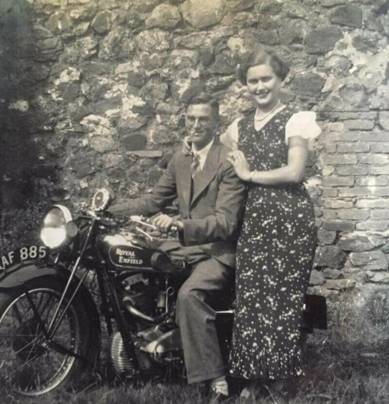 """""""Мой дедушка в 1934 году со своей любовью - с бабушкой Дорис и мотоциклом"""