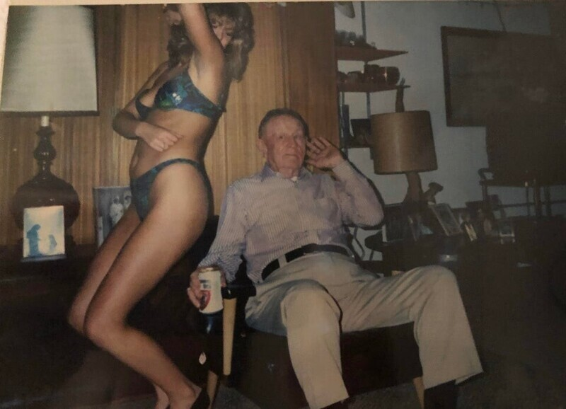 """""""Моя семья подарила моему консервативному дедушке стриптизершу на день рождения еще в 80-х"""""""
