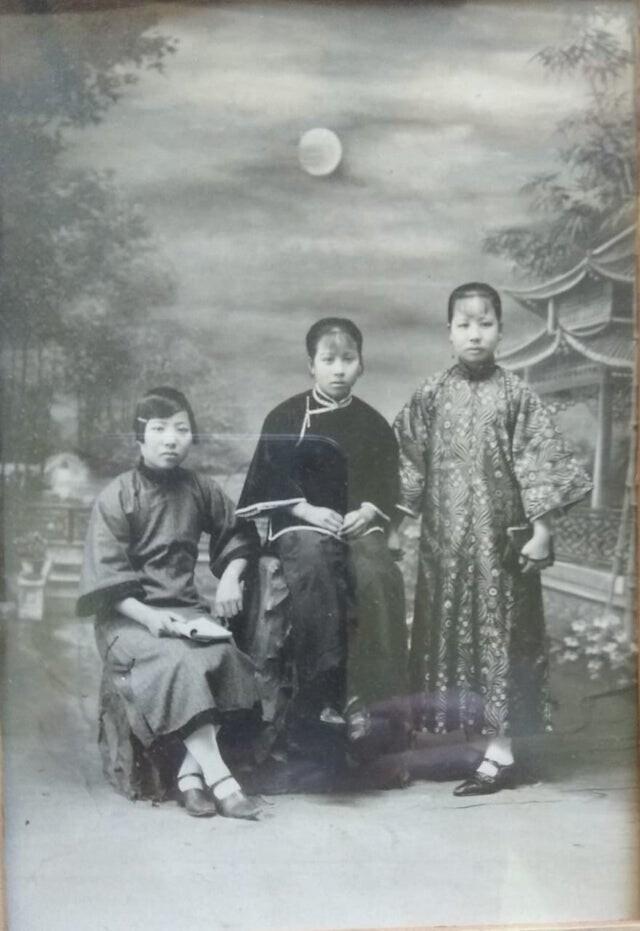 """""""Моя бабушка слева. В Китае, примерно 1918 год. Через несколько лет эмигрировала на север Чили. Больше никогда не видел своих сестер"""""""