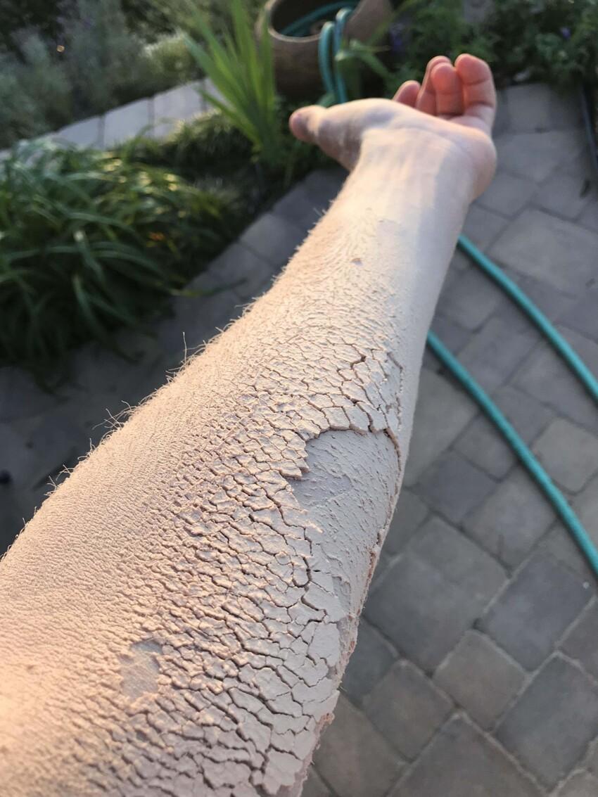 Рука покрыта древесной пылью