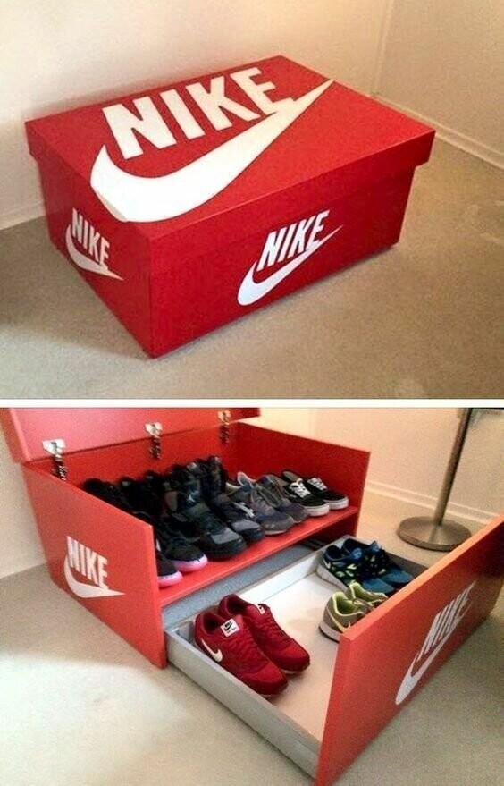 Обувь можно спрятать в пуфик или скамью