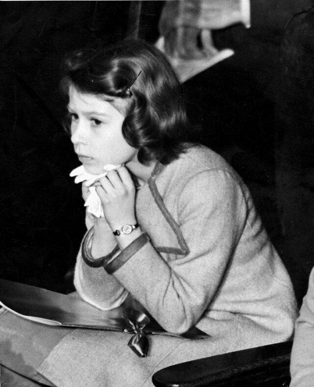 1937 год. Принцесса Елизавета заскучала на концерте для детей в Вестминстере