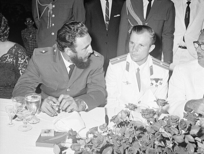Юрий Гагарин беседует с Фиделем Кастро
