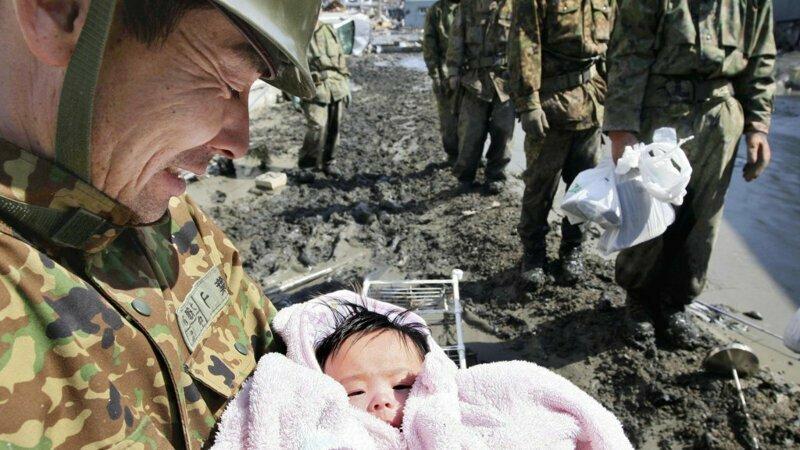 Солдат, нашедший живого ребенка после разрушительного цунами в Японии в 2011 году