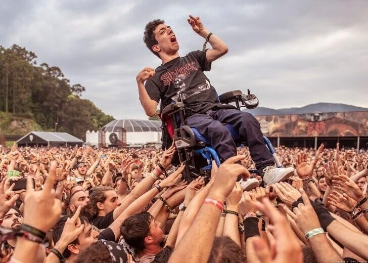 Парень в инвалидном кресле, но он на седьмом небе от счастья, что попал на рок-фестиваль