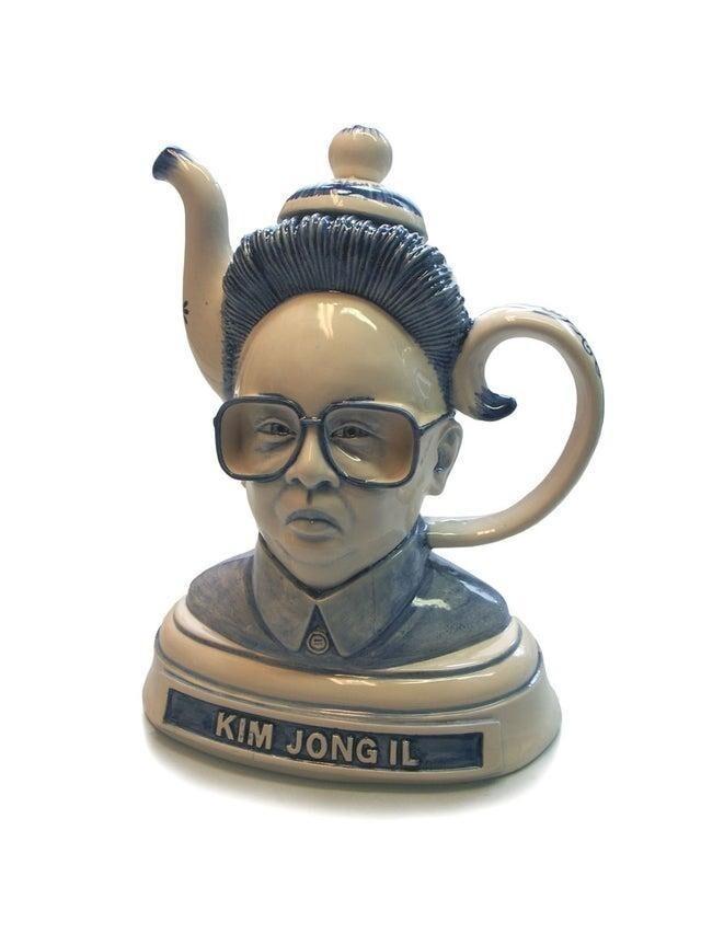 Чайник с головой диктатора