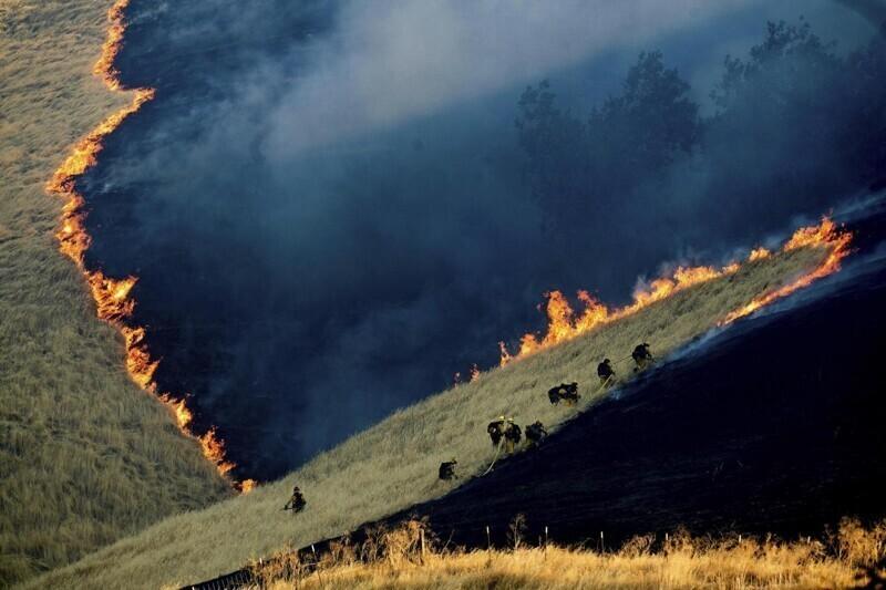 Пожарные тушат пожар в Калифорнии. Честно говоря, так до конца и не понял, как получилась такая фотография