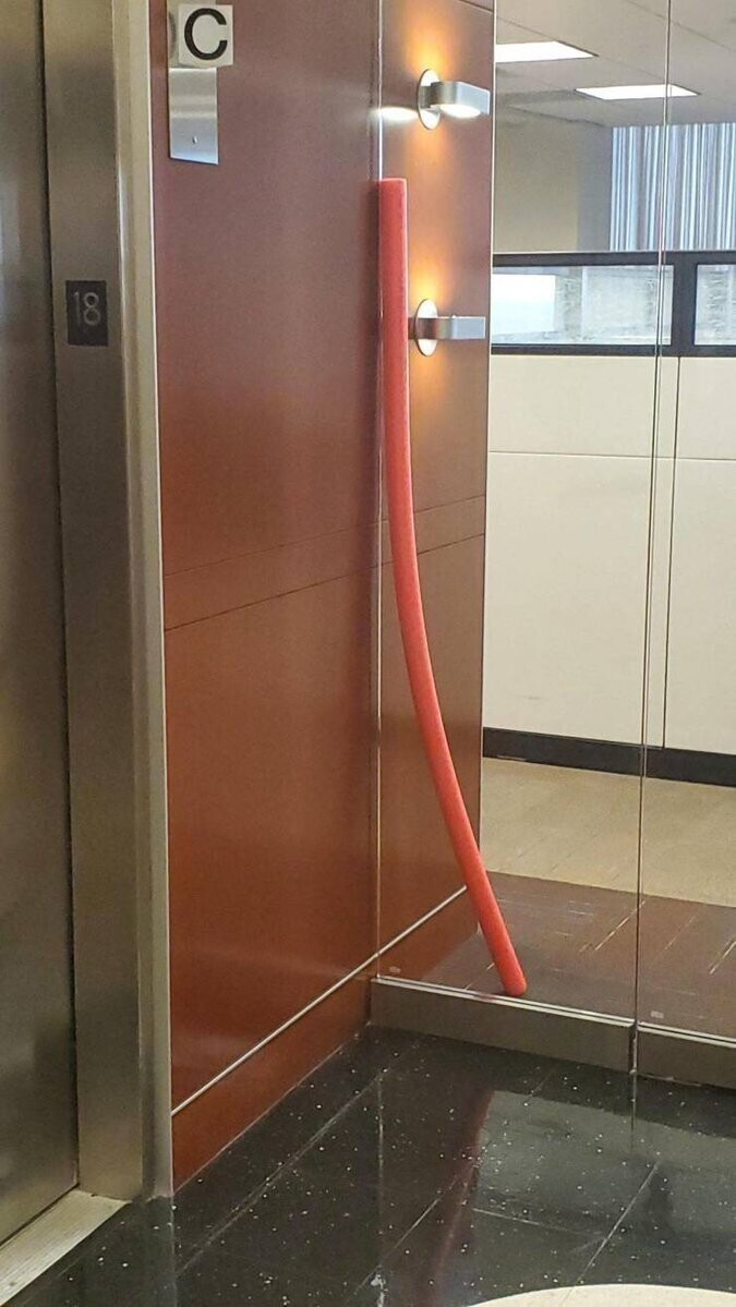С какой стороны стеклянной двери стоит эта штука?