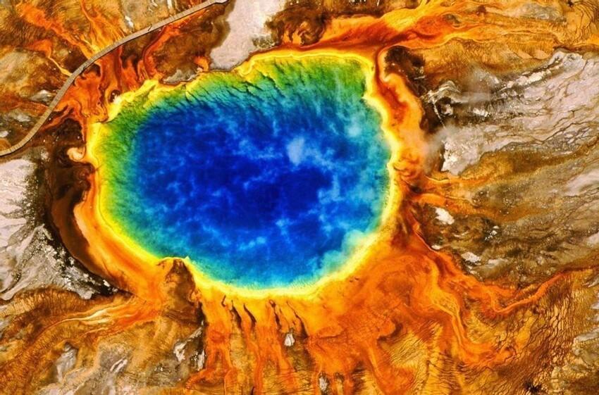 Радужный горячий источник в Йеллоустоуне