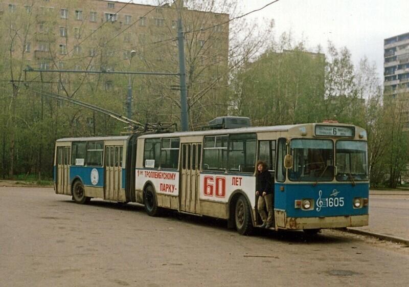 "У кинотеатра ""Нева"" в Москве. 1994 год"