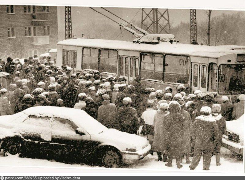 Ожидание посадки на троллейбус, Владивосток