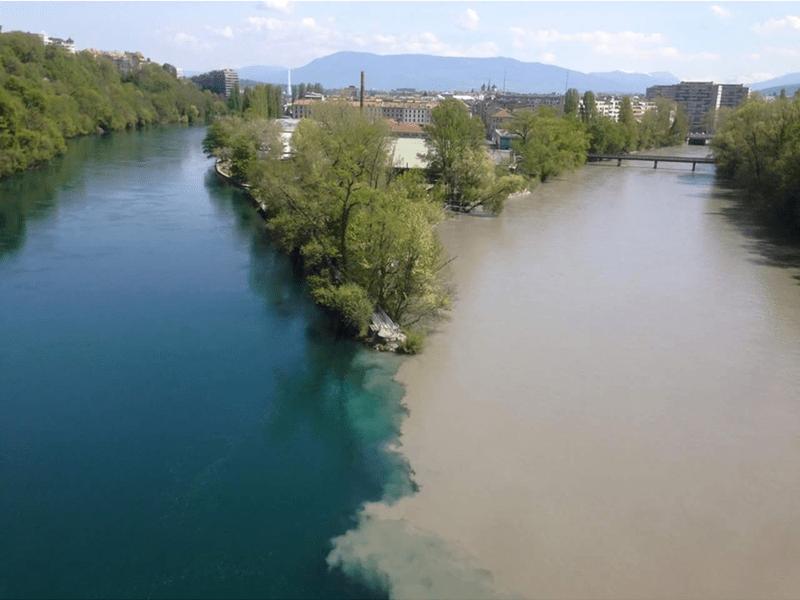 Две очень разных реки сливаются воедино недалеко от Женевы