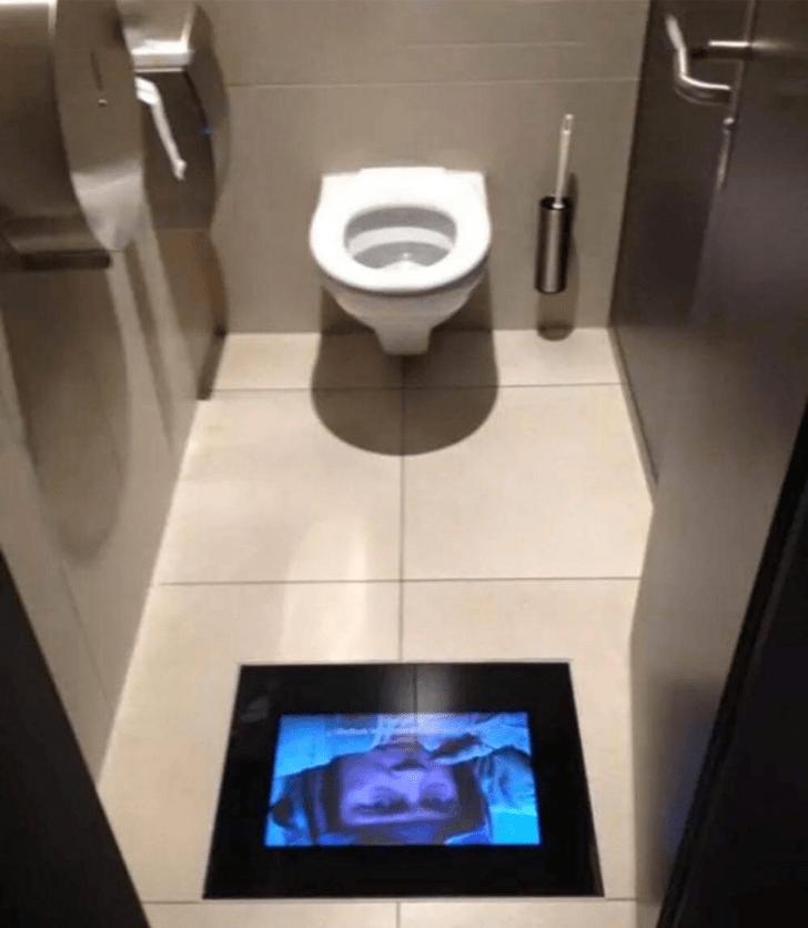 В кинотеатре в Швейцарии в туалетах установлены экраны, чтобы отлучившиеся зрители ничего не пропустили