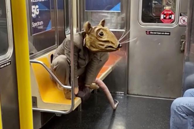 Актер Джонатан Лайонс развлекает пассажиров нью-йоркского метро в своем образе «Крысы Бадди» с длинным розовым хвостом.