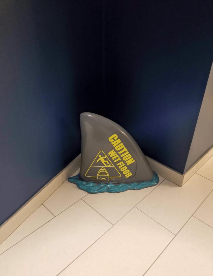 Знак «Осторожно! Мокрый пол» в виде плавника акулы