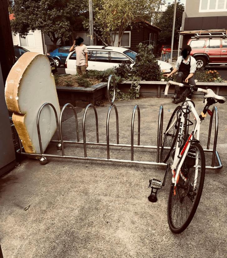 Пекарня установила велопарковку в виде тостера с гигантским ломтем хлеба