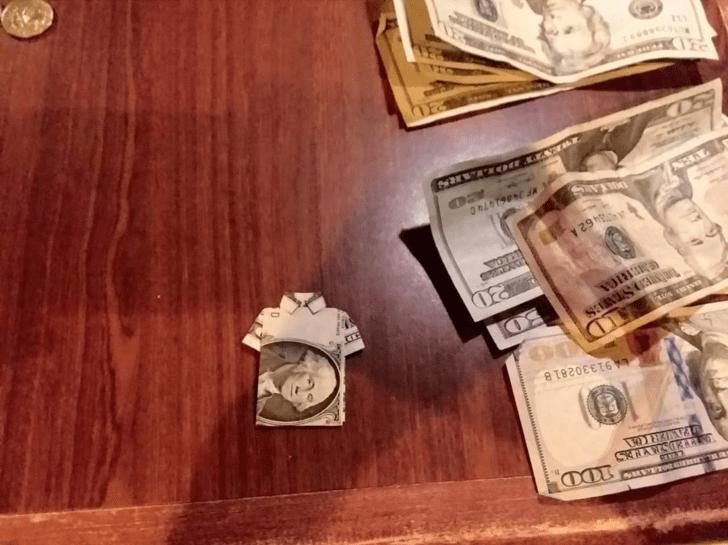 Кто-то оставил на чай доллар, сложенный в виде футболки-поло