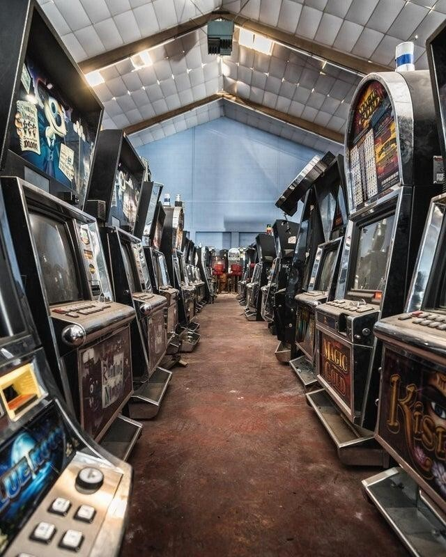 Склад заброшенных игровых автоматов