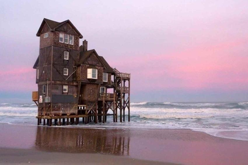 Заброшенный дом на пляже Внешних отмелей в Северной Каролине