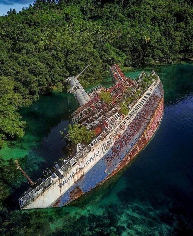 Немецкое круизное судно World Discoverer, которое наскочило на риф у Соломоновых островов 29 апреля 2000 года