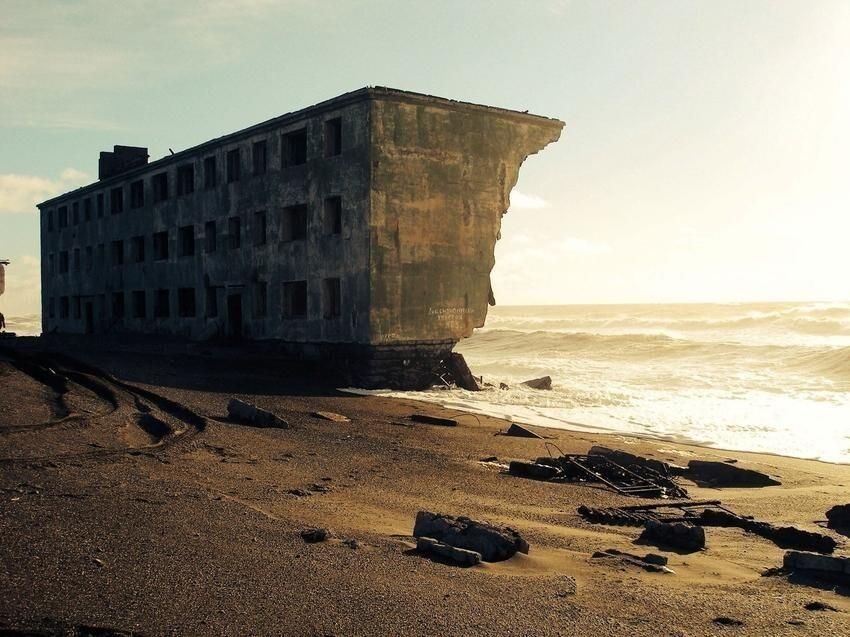 Заброшенный жилой дом в бывшем поселке Кировский на Камчатке
