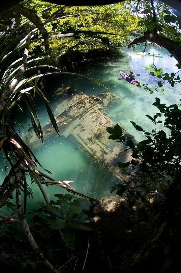 Японский самолет времен Второй мировой на мелководье у берегов Гуама