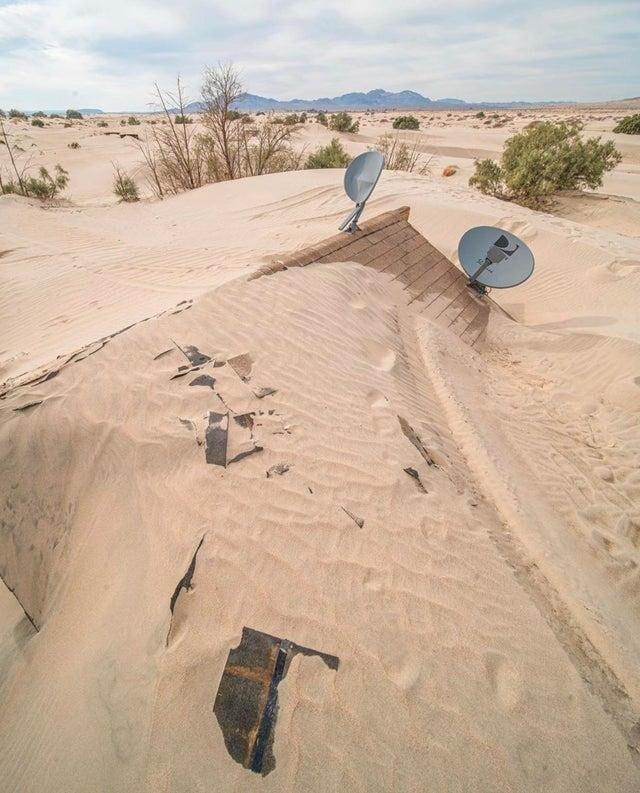 Калифорнийская пустыня поглотила заброшенный дом