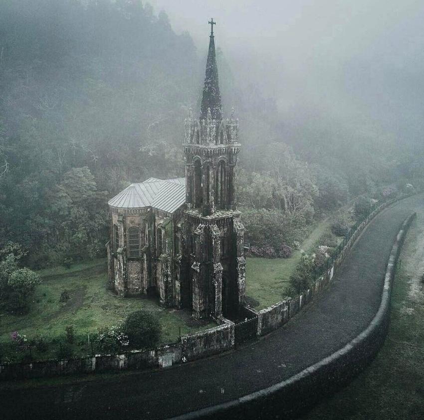 Заброшенная готическая церковь в Португалии