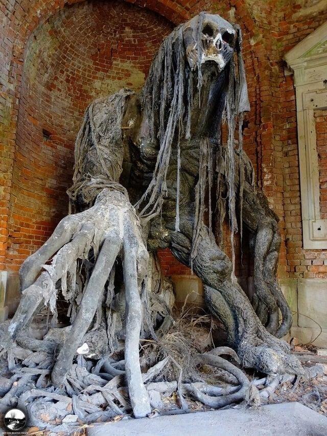 Демоническая скульптура в заброшенном мавзолее в Польше
