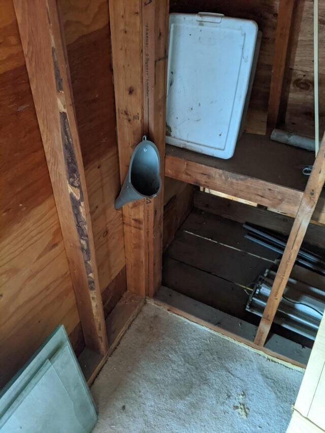 """""""Мой дед сказал, что сделал дополнительный туалет на чердаке в своем магазине. Да, это писсуар. Да, он просто сделал отверстие в стене и все стекает по внешнему углу здания"""""""
