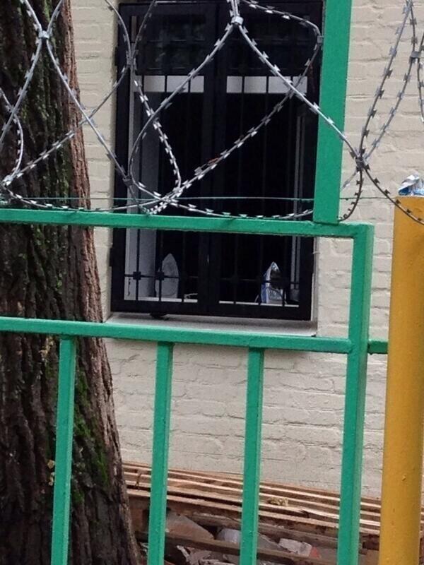 В отделении полиции утюги стоят на окнах. Зачем?