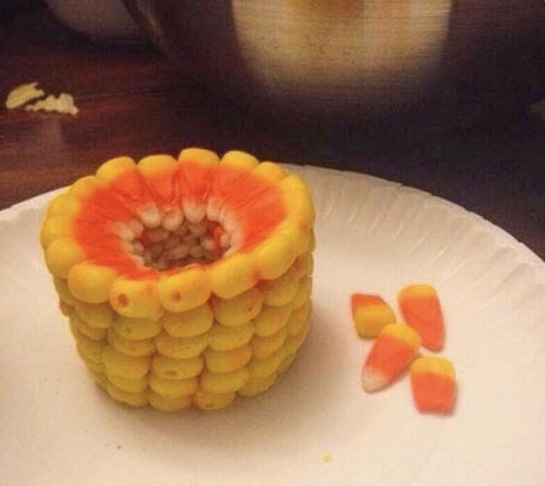 Конфеты кенди корн (candy corn, в переводе - сладкая кукуруза), популярные в США, образуют кукурузу, если сложить их друг на друга