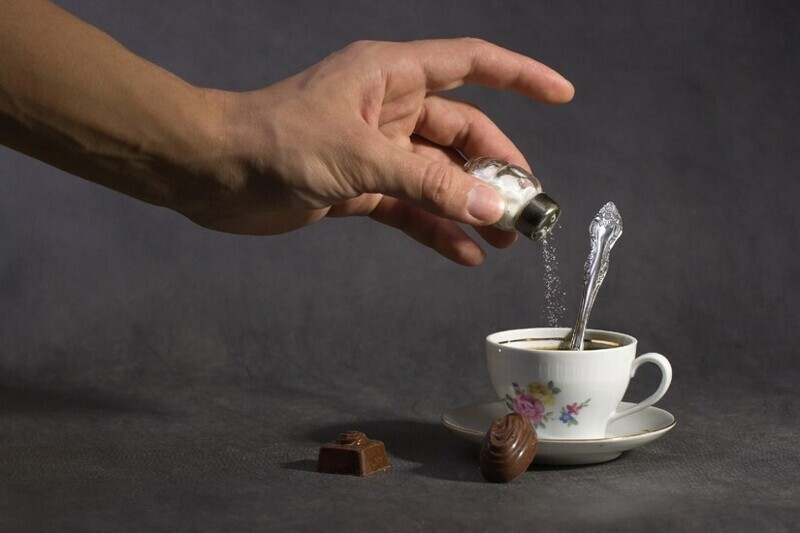 Добавление 1/4 чайной ложки соли к 6 столовым ложкам молотого кофе устраняет горький и кислый привкус, и в то же время делает напиток более насыщенным