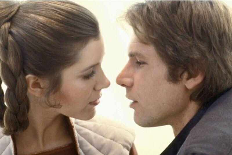 """Во время съемок """"Звездных войн"""" в 1976 году у Кэрри Фишер и Харрисона Форда случился непродолжительный роман. Кэрри в то время было 19, а Харрисону — 33, он был женат и имел двоих детей. """"Химия"""" между ними была настоящей и на экране"""