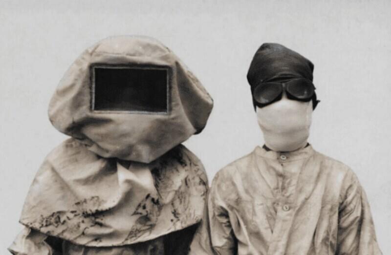 Вот такие костюмы носили во время вспышки бубонной чумы в Маниле в 1912 году
