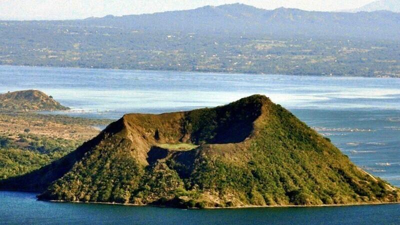Вулкан Тааль - действующий вулкан на Филиппинах, большинство из 47 кратеров которого спрятано под водой после его сильнейшего извержения много лет назад