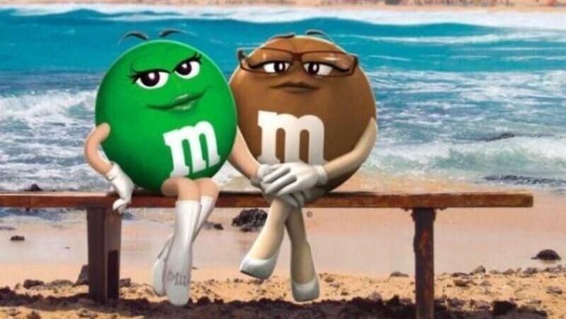 Зеленая и коричневая M&Ms - лесбиянки