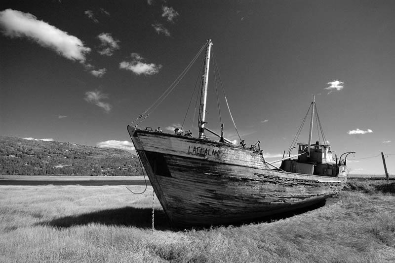 Деревянное рыбацкое судно возле Берингова пролива
