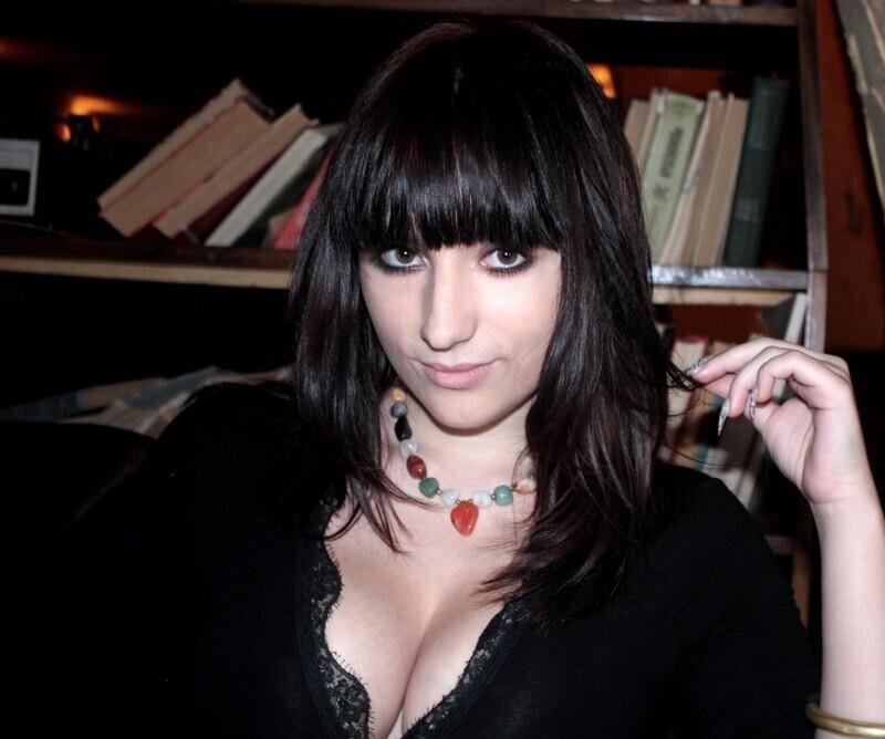 Фото из 2008 года, на которых видно, что природа не обделила девушку пышными формами, однако этого ей оказалось мало