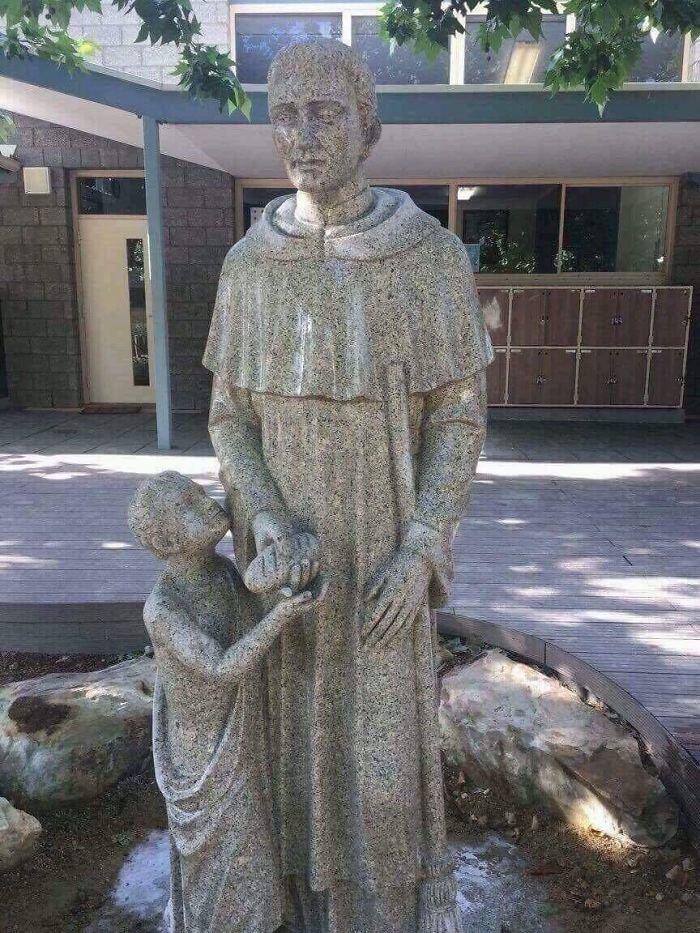 Статуя рядом с католической школой