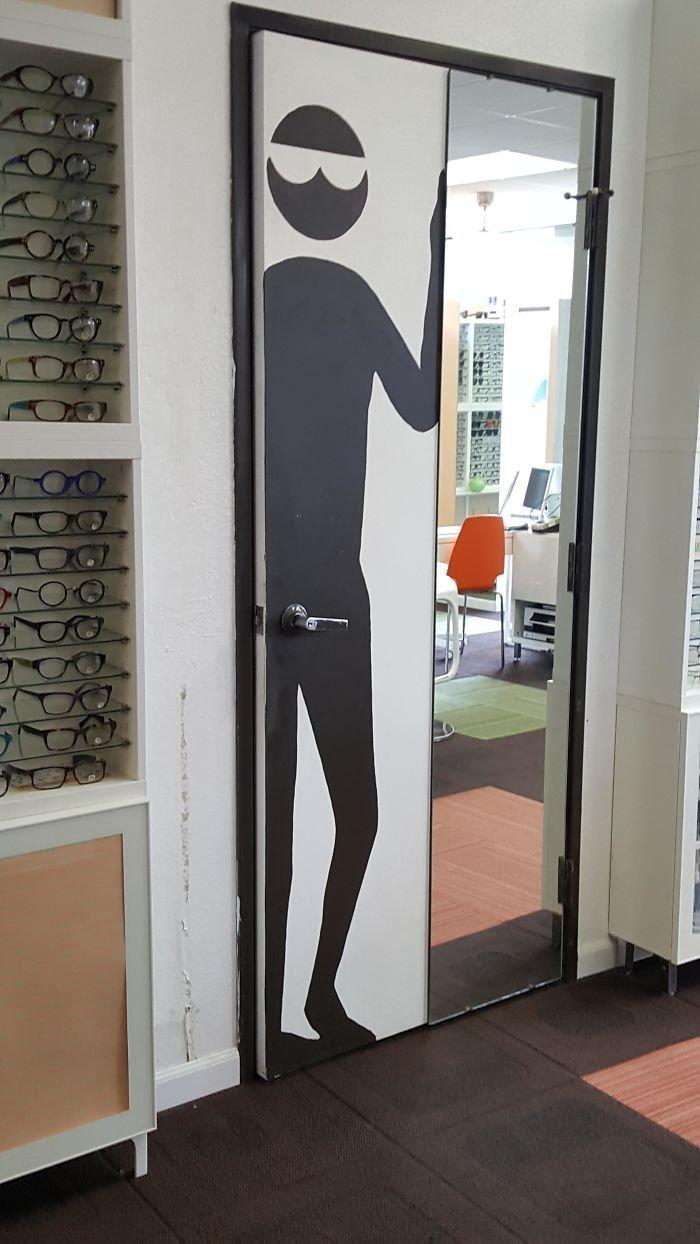 Дерни за ручку, дверь и откроется