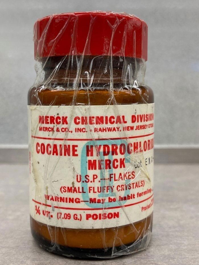 """""""Нашли в своей аптеке очень старую бутылку кокаина"""""""