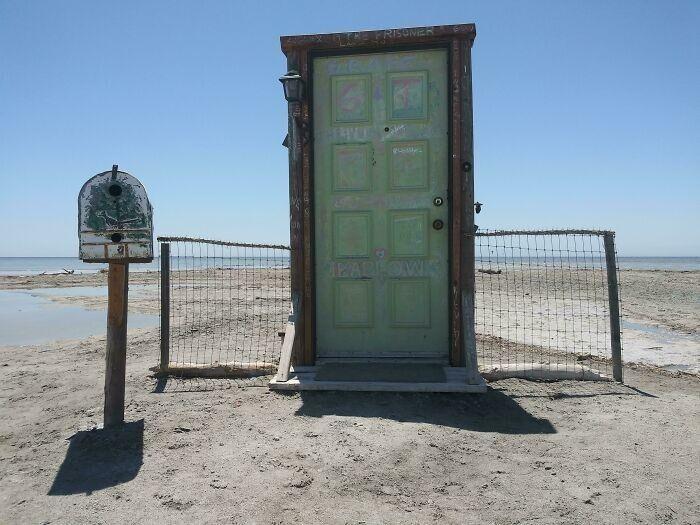 """""""Нашел на заброшенном пляже дверь и больше ничего"""""""