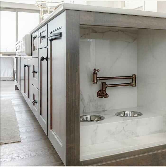 Встроенные в кухню миски для воды для домашних животных