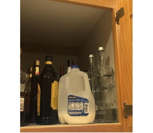 """""""Месяц назад делал себе """"Белый русский"""" коктейль, будучи под шофе. Потом неделю искал пропавшее молоко и еще две недели - источник неприятного запаха. Сегодня сунулся в бар и вспомнил, куда я убрал молоко, сделав коктейль"""""""