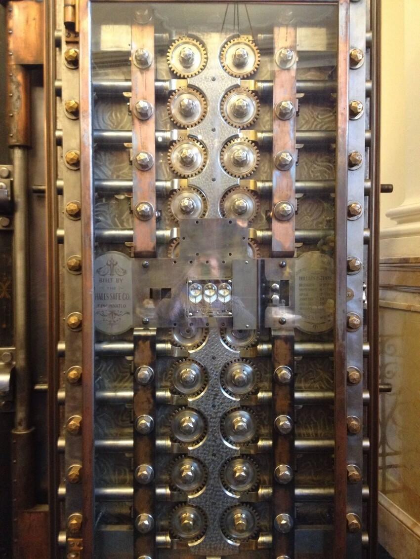 Дверь хранилища банка