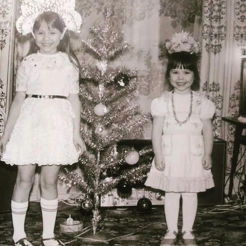 Отсутствие костюмов в магазинах, тканей и украшений не мешало матерям ночами создавать для деток крутые наряды