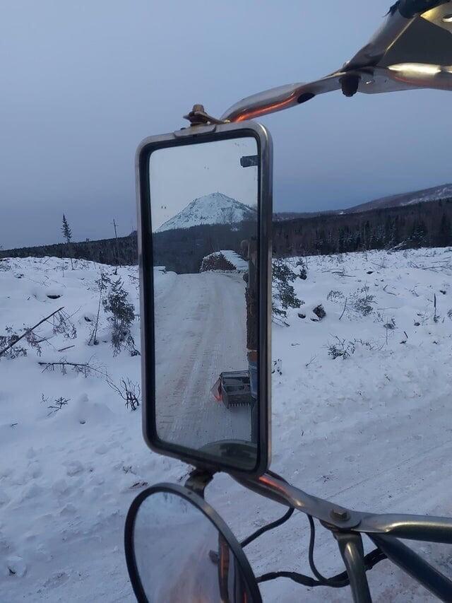 Отражение в зеркале заднего вида идеально вписывается в пейзаж